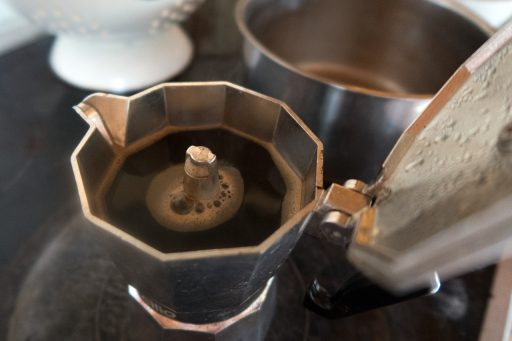 preparar cafe moka en cafetera italiana vitrocerámica