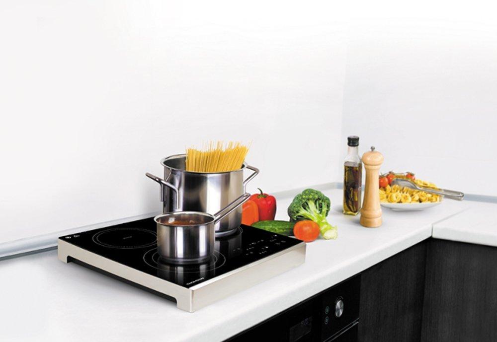 placa de inducción portátil sobre encimera de cocina